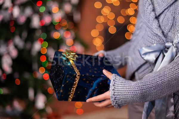 ストックフォト: 若い女の子 · 手 · 提供すること · 美しい · クリスマス · 現在