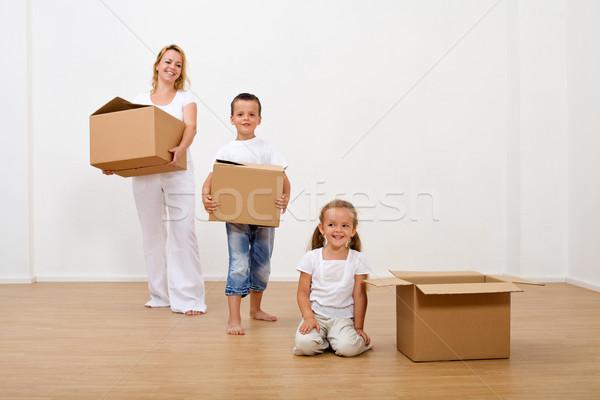 Сток-фото: семьи · движущихся · новый · дом · картона · коробки