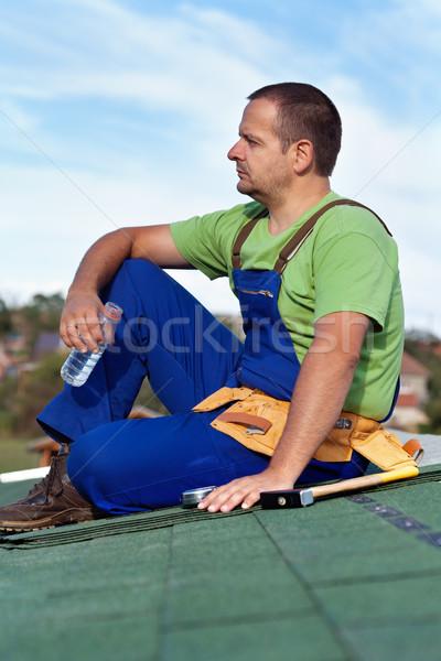 Munkás installál elvesz törik ül tető Stock fotó © lightkeeper