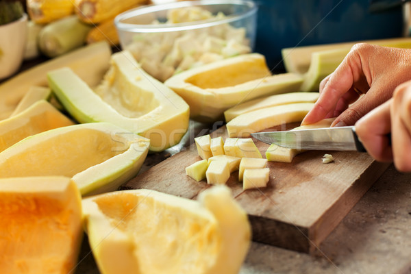 Mujer calabaza rebanadas tabla de cortar cocinar Foto stock © lightkeeper