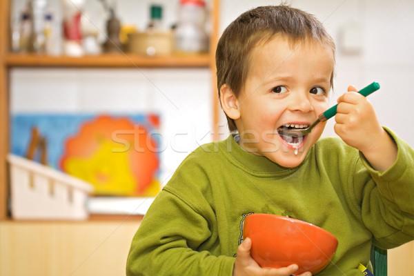 Vidám fiú eszik reggeli gabonafélék tej konyha Stock fotó © lightkeeper
