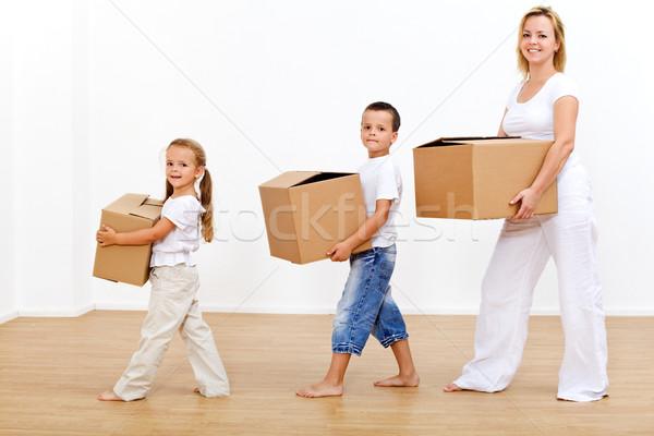 Család mozog új otthon hordoz karton dobozok Stock fotó © lightkeeper