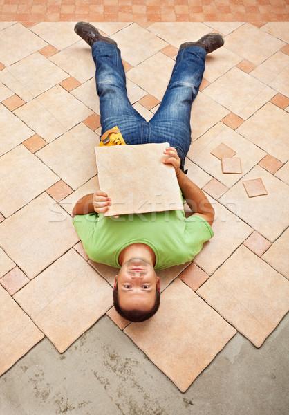 Férfi befejezetlen padló zsindelyezés tart kerámia Stock fotó © lightkeeper