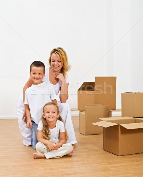 Szczęśliwych ludzi nowy dom uśmiechnięty piętrze podniecenie nowość Zdjęcia stock © lightkeeper
