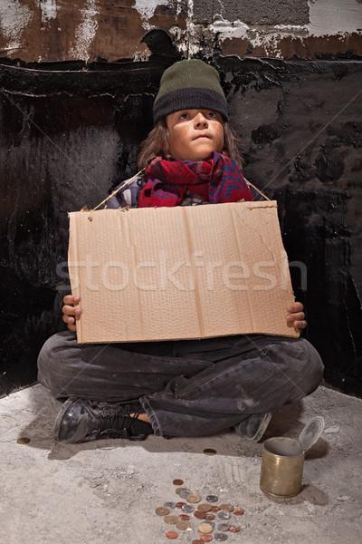 Fiatal hajléktalan fiú jelzőtábla vár jótékonyság Stock fotó © lightkeeper