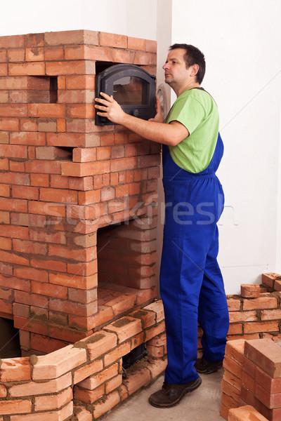 Trabalhador edifício alvenaria aquecedor topo forno Foto stock © lightkeeper