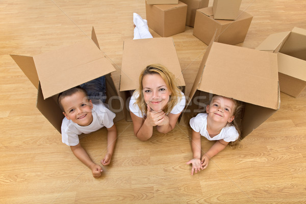 Famille nouvelle maison carton cases fun Photo stock © lightkeeper