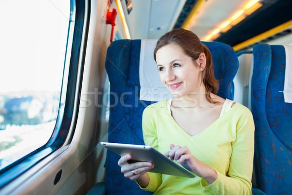Młoda kobieta pociągu działalności komputera Zdjęcia stock © lightpoet