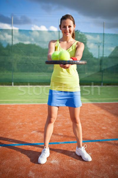 Bastante jovem feminino quadra de tênis raso Foto stock © lightpoet