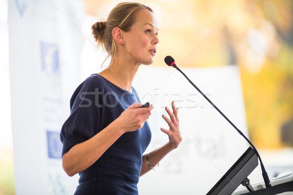 Foto stock: Bastante · jovem · mulher · de · negócios · apresentação · raso