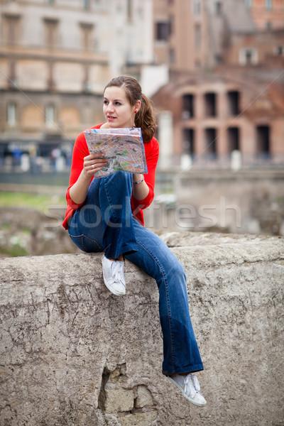 Csinos fiatal női turista tanul térkép Stock fotó © lightpoet