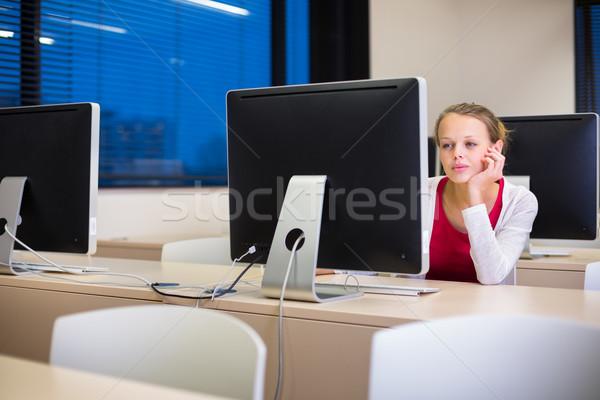 Csinos fiatal női főiskolai hallgató asztali számítógép asztali Stock fotó © lightpoet