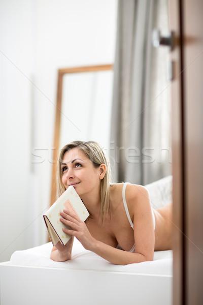 Belle jeune femme lit lecture favori livre Photo stock © lightpoet