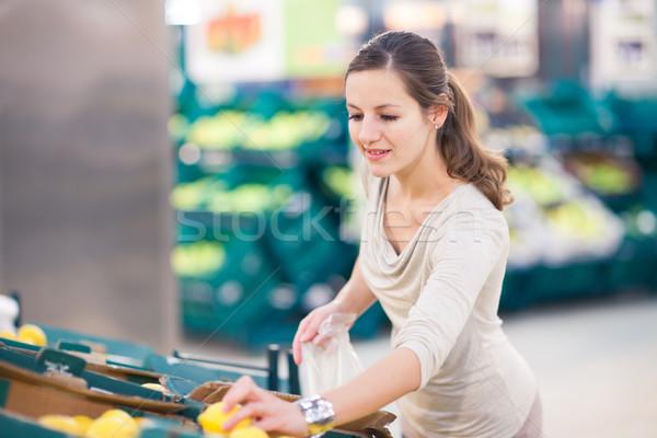 Stockfoto: Mooie · jonge · vrouw · winkelen · vruchten · groenten · mooie