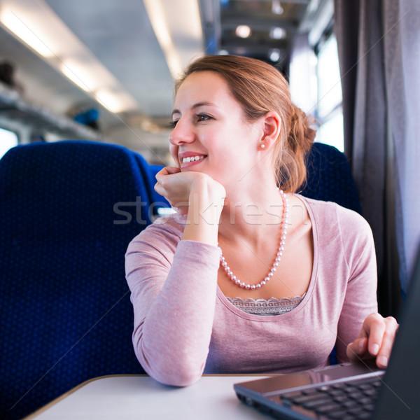 Stok fotoğraf: Genç · kadın · okuma · kitap · dizüstü · bilgisayar · kullanıyorsanız · bilgisayar · tren