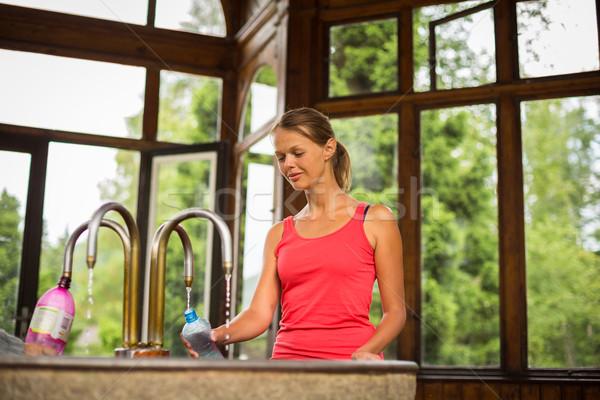 Mulher jovem plástico garrafa saudável água mineral estância termal Foto stock © lightpoet