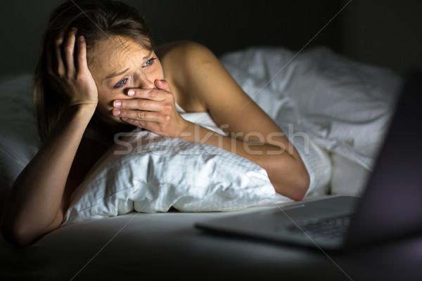 Csinos fiatal nő néz valami laptop ágy Stock fotó © lightpoet