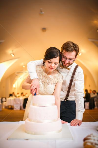 Menyasszony vőlegény esküvői fogadás vág esküvői torta kezek Stock fotó © lightpoet