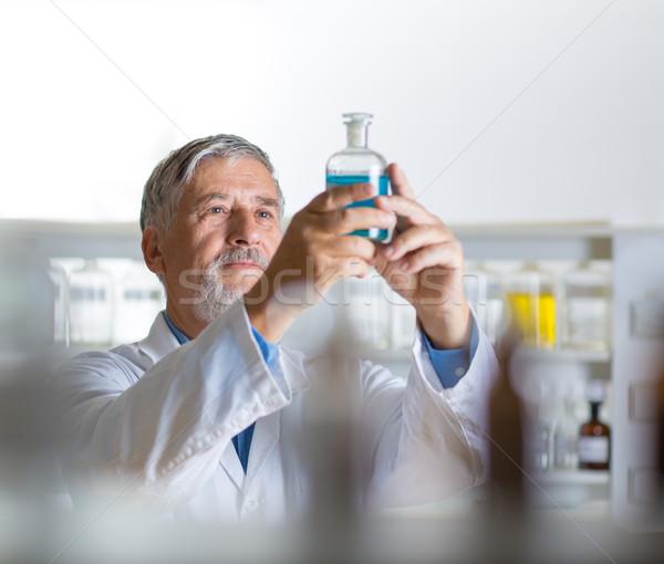 Foto stock: Altos · masculina · investigador · fuera · la · investigación · científica