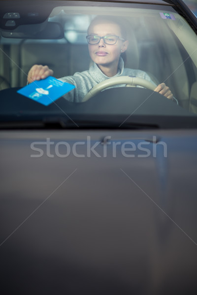 Foto stock: Bastante · mulher · jovem · condução · necessário · estacionamento