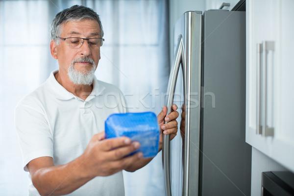 Idős férfi konyha hűtőszekrény néz randevú Stock fotó © lightpoet
