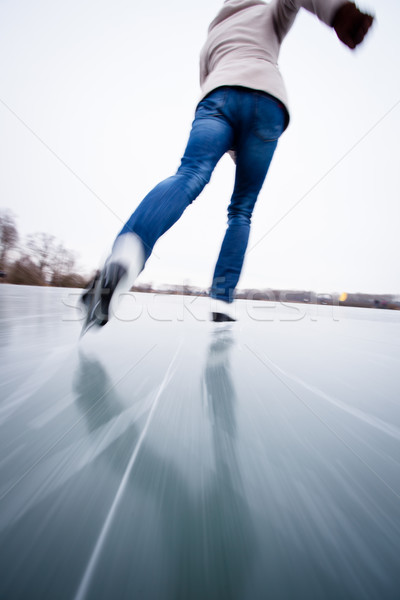 Jeune femme patinage extérieur étang hiver jour Photo stock © lightpoet