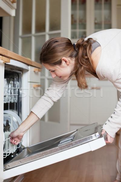 Prace domowe młoda kobieta dania zmywarka domu dziewczyna Zdjęcia stock © lightpoet