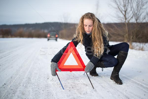 Stockfoto: Jonge · vrouw · omhoog · waarschuwing · driehoek · roepen · hulp