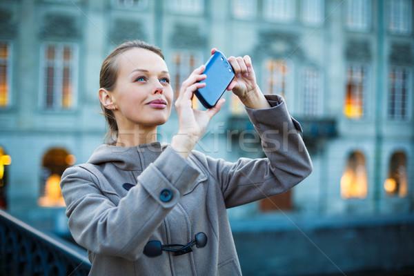 Elegante mulher jovem foto celular câmera Foto stock © lightpoet