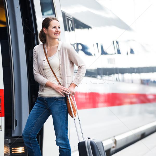 ストックフォト: かなり · 若い女性 · 搭乗 · 列車 · 都市 · 徒歩