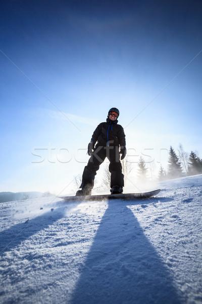 Jonge man snowboarden beneden helling zonnige winter Stockfoto © lightpoet