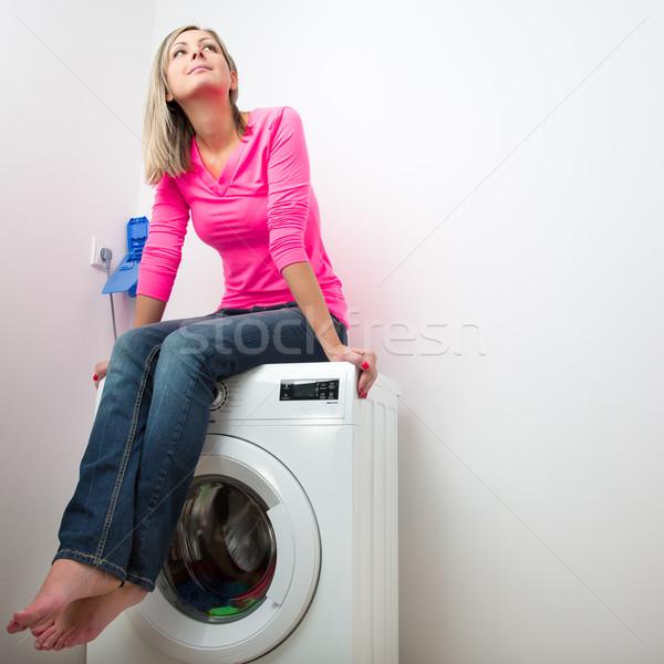 Ev işi genç kadın çamaşırhane bekleme yıkama program Stok fotoğraf © lightpoet