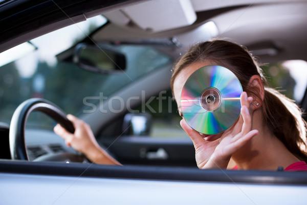 Jonge vrouwelijke bestuurder spelen muziek auto Stockfoto © lightpoet