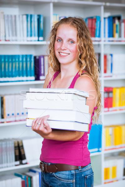 Csinos fiatal női főiskolai hallgató könyvtár sekély Stock fotó © lightpoet