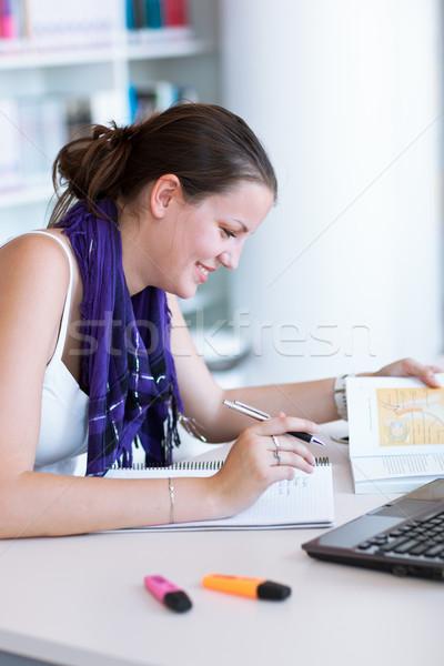 Csinos női főiskolai hallgató tanul egyetem könyvtár Stock fotó © lightpoet