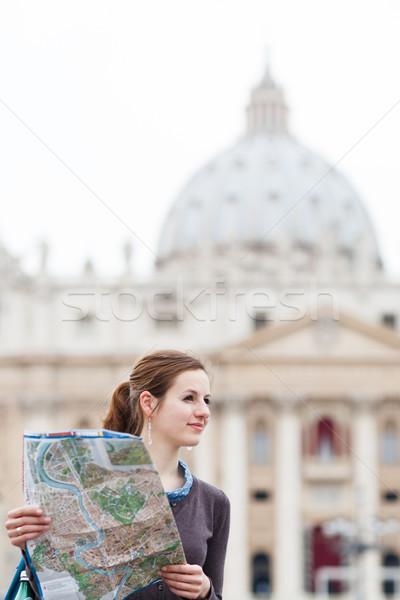 Foto stock: Bastante · jóvenes · femenino · turísticos · estudiar · mapa