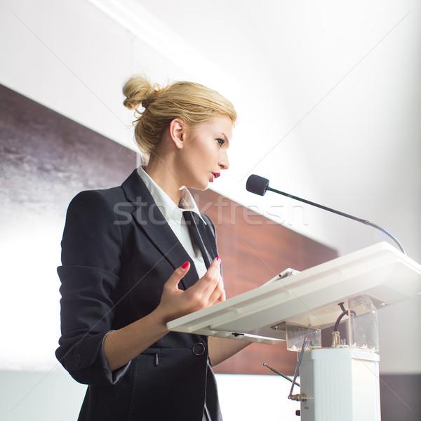 Foto stock: Bastante · jovem · mulher · de · negócios · apresentação · conferência · raso