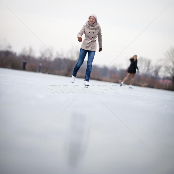 Jonge vrouw buitenshuis vijver winter dag Stockfoto © lightpoet