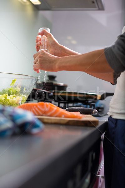 Jeune femme assaisonnement filet modernes cuisine aliments sains Photo stock © lightpoet