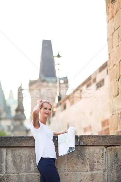 Bastante jovem feminino turista estudar mapa Foto stock © lightpoet