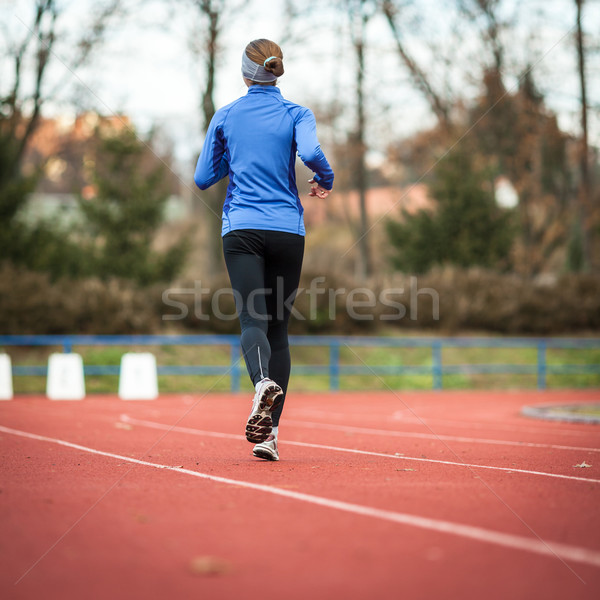 Jonge vrouw lopen track veld stadion vrouw Stockfoto © lightpoet