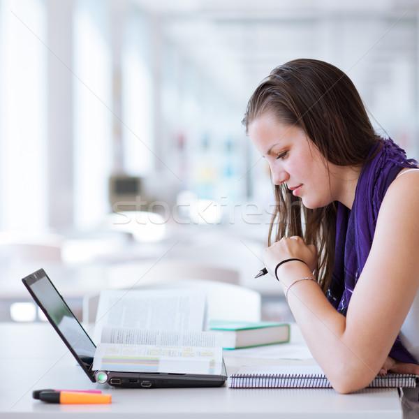Stockfoto: Mooie · vrouwelijke · studeren · universiteit · bibliotheek
