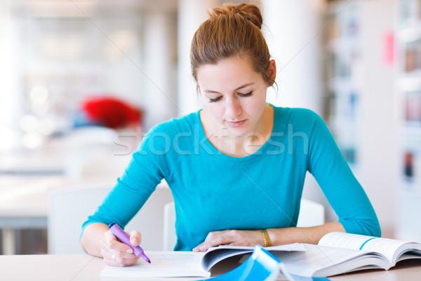 Női főiskolai hallgató könyvtár sekély mélységélesség szín Stock fotó © lightpoet
