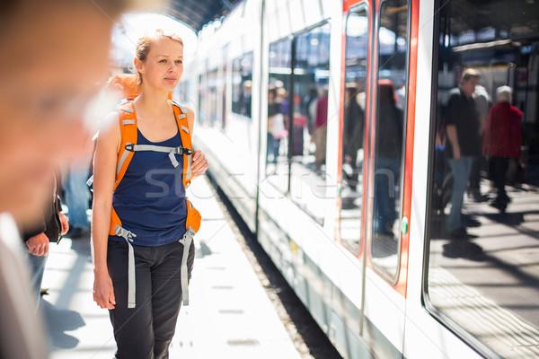 Bastante mulher jovem espera trem embarque cor Foto stock © lightpoet