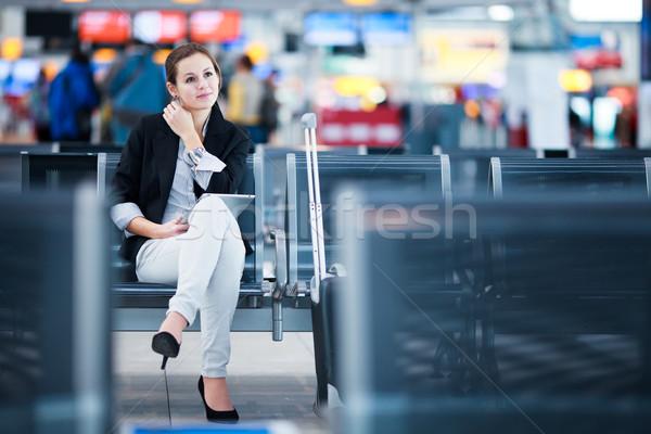 Fiatal női repülőtér táblagép vár repülés Stock fotó © lightpoet