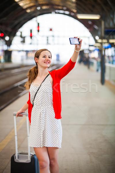 Mooie jonge vrouw treinstation glimlach Stockfoto © lightpoet