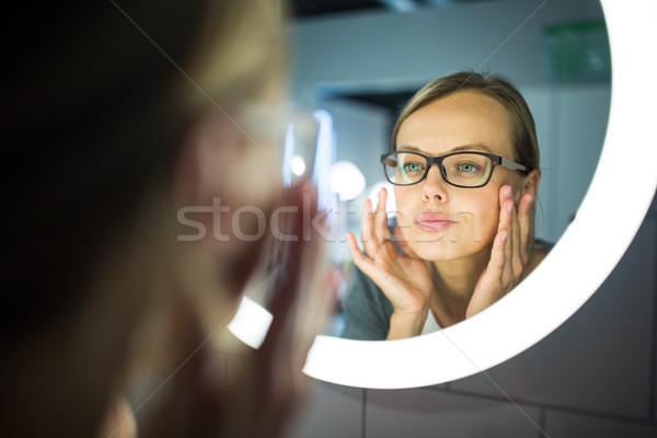 Bastante mulher jovem banheiro espelho manhã cara Foto stock © lightpoet