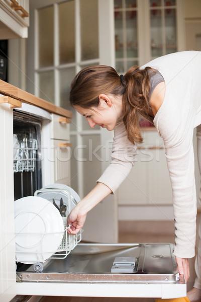 Trabalhos domésticos mulher jovem pratos lava-louças casa menina Foto stock © lightpoet