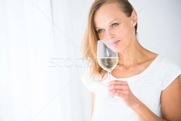 Mulher jovem vidro vinho beber sorvo Foto stock © lightpoet