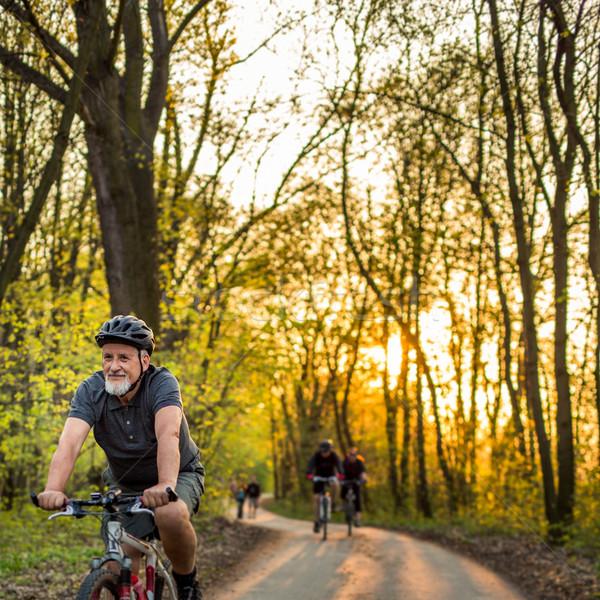 Idős férfi hegyi kerékpár kint sekély mélységélesség Stock fotó © lightpoet